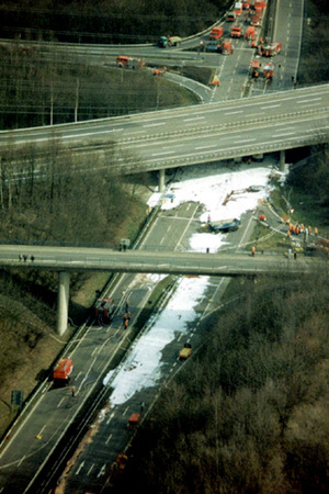 Unfall mit Benzin unter der A4